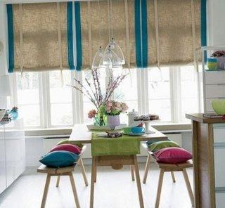 Jaluzele de in cu bordura turcoaz si bancuta de bucatarie cu pernute decorative colorate