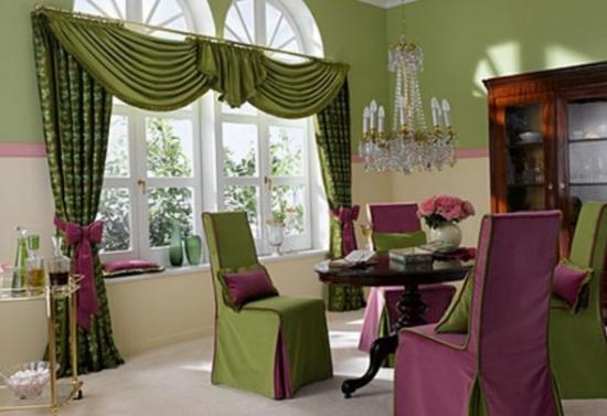 Loc pentru luat masa amenajat in stil clasic traditional cu perdea in falduri verde cu cordoane mov