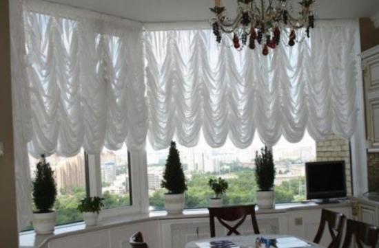 Perdea alba in falduri pentru ferestrele de bucatarie