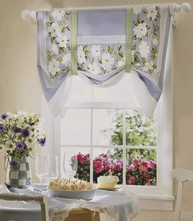 Perdea lila cu flori albe pentru fereastra de la bucatarie