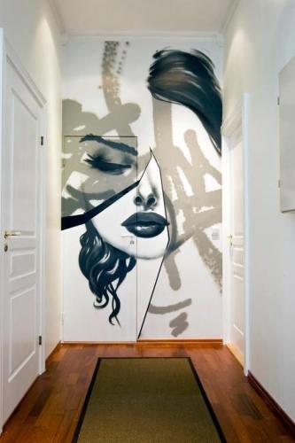 Graffiti sofisticat pentru a sparge monotonia din hol