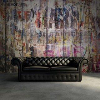 Perete placat cu lemn si cu desene si canapea Chesterfield