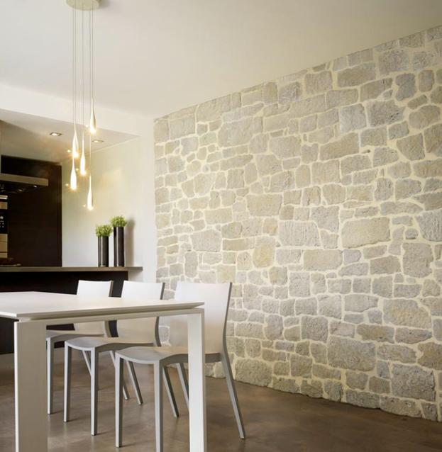 Bucatarie cu perete cu piatra decorativa aplicata