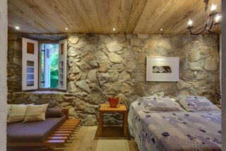 Dormitor cu pereti din piatra