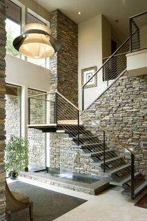Interior de casa cu pereti din piatra
