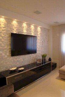 Living cu perete alb si televizor