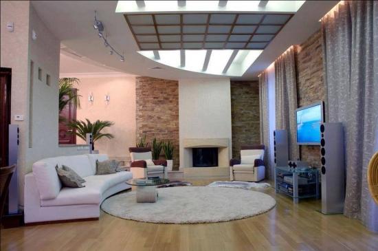 Living mare cu canapea pe curb si pereti cu placaje de piatra decorativa