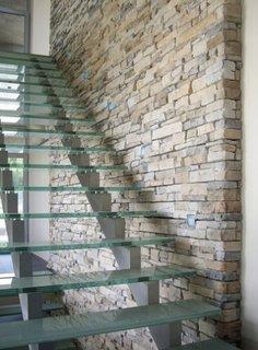 Perete casa scarii interioare placat cu piatra