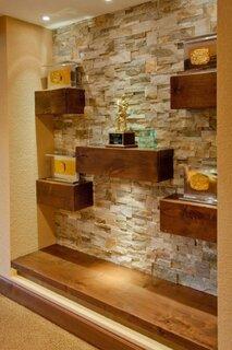 Perete de accent cu piatra si etajere suspendate din lemn masiv