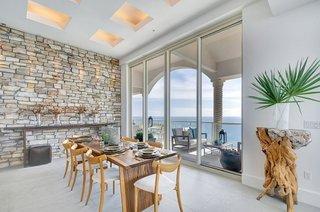 Design modern cu perete de piatra