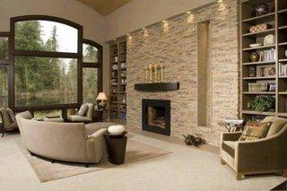 Living modern cu perete placat cu piatra