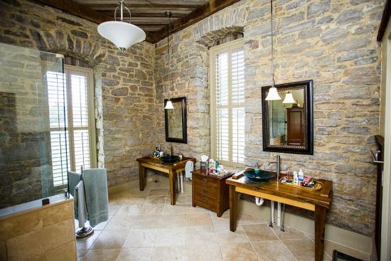 Mobilier din lemn si pereti cu piatra pentru baie