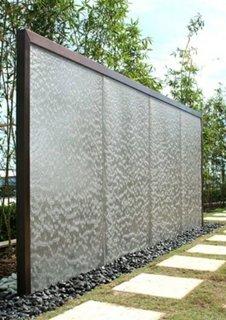 Cadru metalic pentru un perete cu apa curgatoare