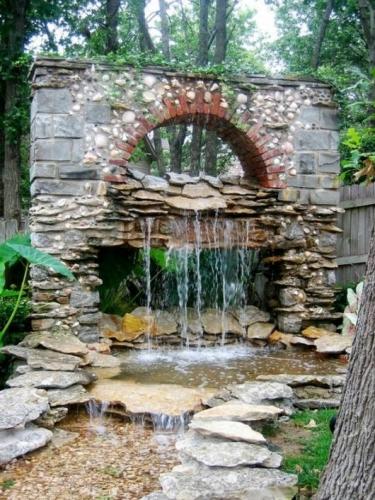 Cascada de gradina placata cu piatra