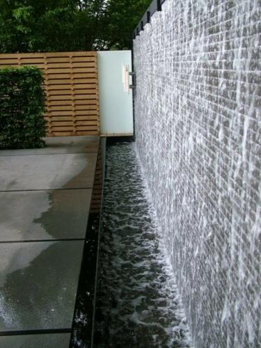 Gard din caramida decorat cu apa curgatoare