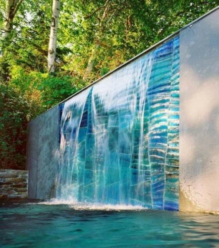 Gard inalt din beton cu carscada cu varsare direct in piscina