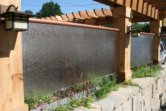 Gard pentru curte cu apa curgatoare