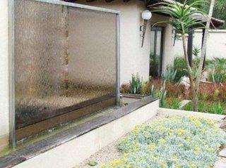 Perete curgator cu apa asezat in bazin