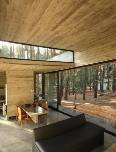 Casa cu terasa atat pe pamant cat si pe acoperis ce comunica cu restul incaperilor prin sticla