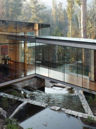 Casa realizata predominant din sticla