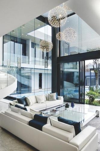 Decor in alb si negru prinde viata cu ajutorul peretilor mari de sticla