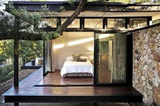 Dormitor luminos si racoros decorat minimalist