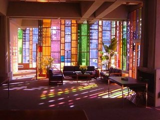 Living colorat cu pereti de vitraliu
