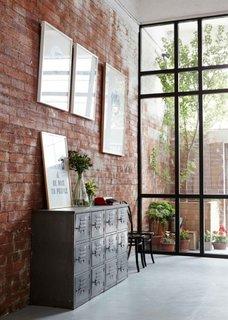 Perfecta imbinare a peretelui din caramida cu cel din sticla