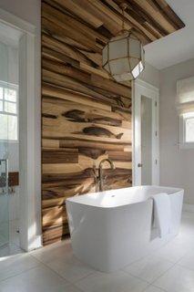 Perete decorativ baie placat cu lemn