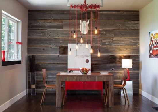 Perete decorativ placat cu scanduri de lemn