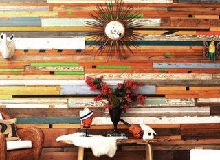 Perete placat cu lemn multicolor