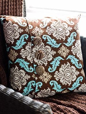 Combinatie interesanta de culori pentru o perna decorativa maro crem si turcoaz
