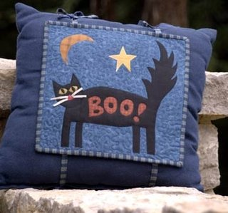 Perna albastra cu material aplicat peste cu pisica neagra