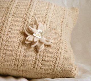 Perna decorativa cu fata de perna tricotata