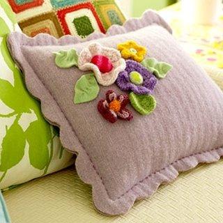 Perna decorativa lila cu flori crosetate