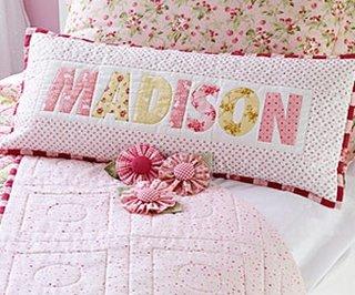 Perna decorativa pentru camera fetitei cu nume aplicat