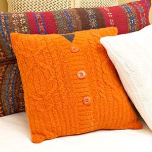 Perna decorativa realizata dintr-o bluza veche