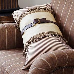 Perna decorativa realizata dintr-o curea veche