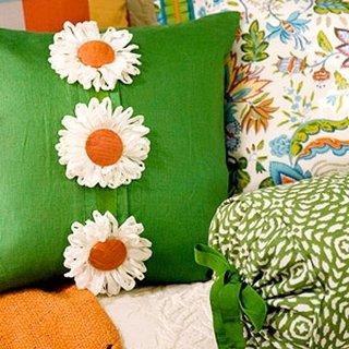 Perna decorativa verde cu margarete mari aplicate