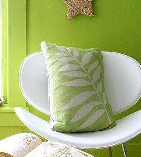 Perna decorativa verde realizata din material cu imprimeu