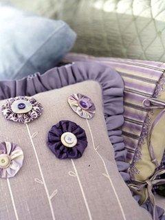 Perna mov cu flori cu nasturi in diverse nuante de lila