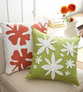 Perne cu frunze perfecte pentru o canapea crem