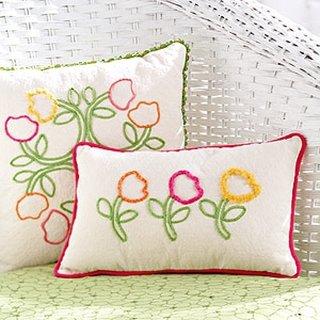 Perne decorative albe cu flori crosetate colorate