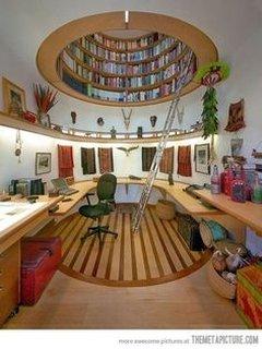 Biblioteca circulara la mansarda
