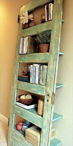 Raft pentru carti din lemn colorat