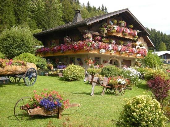 Casa decorata cu ghivece suspendate cu petunii colorate