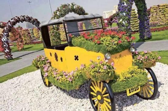Masina de epoca cu petunii si flori colorate