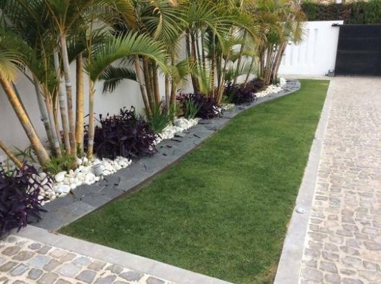 Bordura pe langa gard cu pietris alb si arbusti