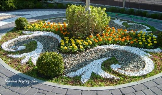Rond de flori si piatra alba decorativa