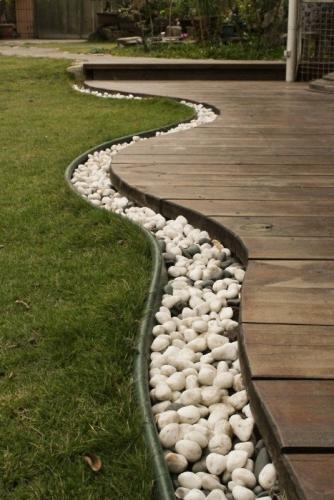 Sant pentru drenare apa in gradina cu pietris